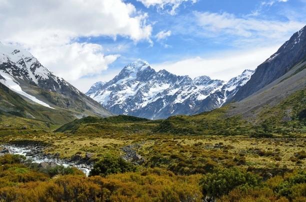 Une image contenant montagne, extérieur, herbe, neige  Description générée automatiquement